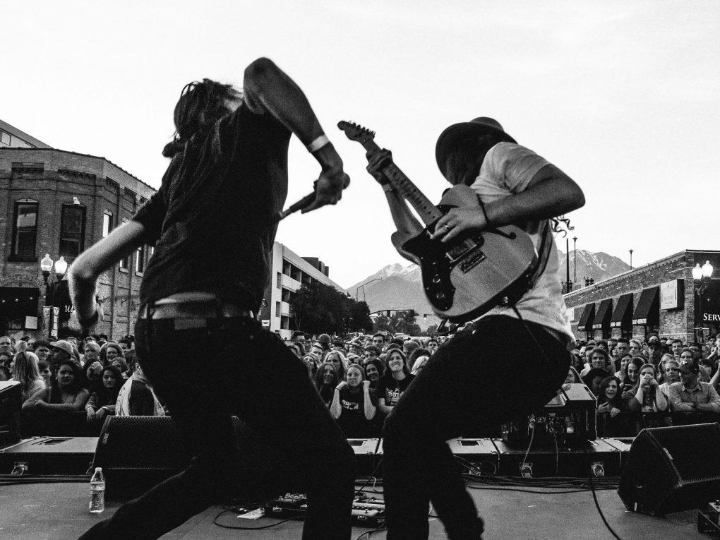バンド初心者向けバンド成功の法則やライブ活動の練習方法とバンドの演奏力、パフォーマンスをスキルアップする方法を紹介致します。