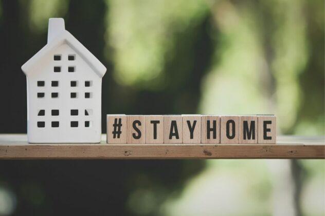 #STAY HOMEと書かれた積み木の画像