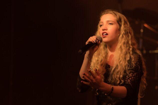 歌っている女性