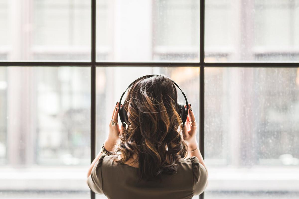 音楽を聴いているヒトの画像