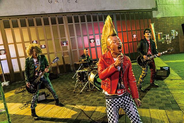 音量を上げろタコ! 路上で演奏するロックバンド