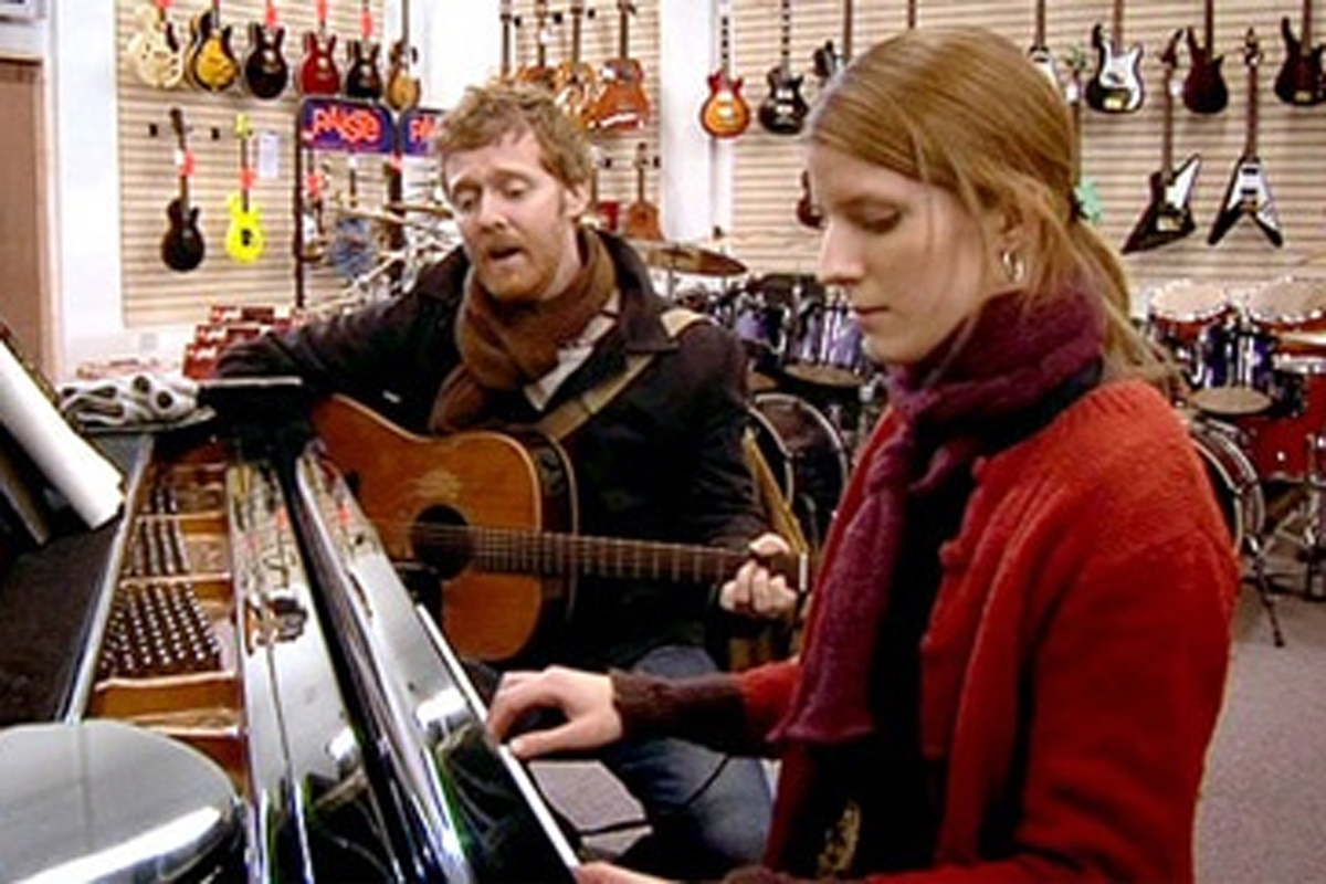 ピアノを弾いている女性とギターを弾いている男性