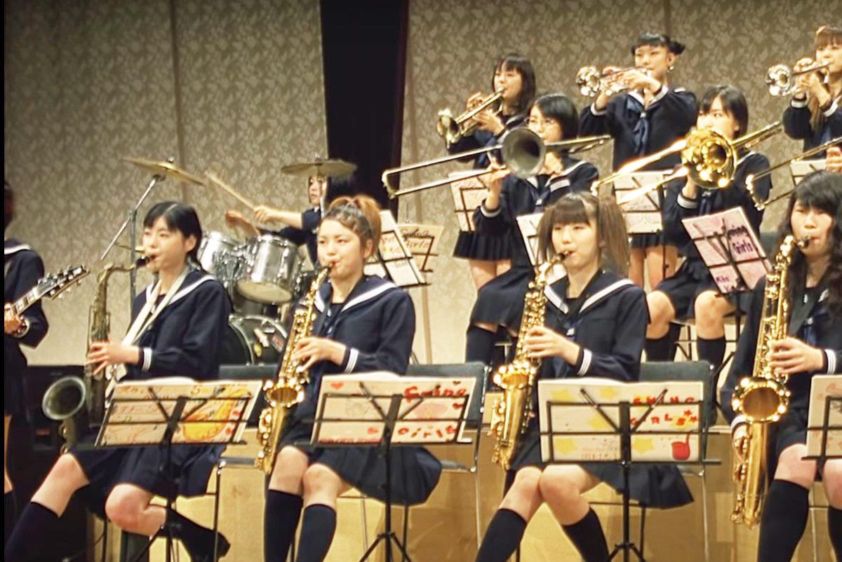 スウィングガールズ 音楽祭で演奏するメンバーたち