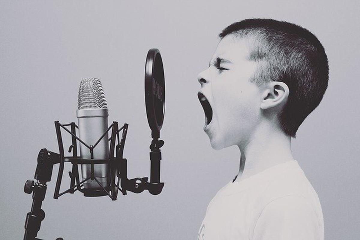 歌っている少年の画像