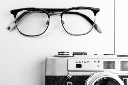 サングラスとカメラの画像