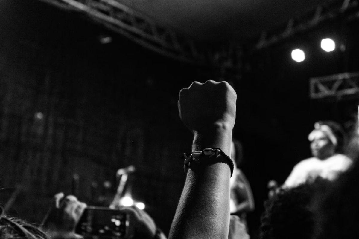 ライブで男性が拳を上にあげている画像