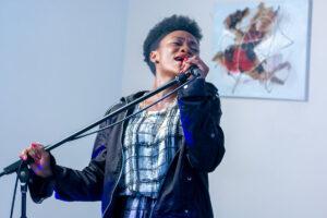 歌っている女性の画像